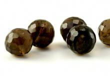 Огранённая бусина-шарик ручной огранки, камень-раух топаз натуральный (дымчатый кварц), цвет-золотисто-коричневый, прозрачный.
