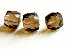 Бусина-кубик ограненный, огранка ручная, натуральный камень-раух топаз,  цвет-золотисто-дымчатый, чистый. прозрачный.