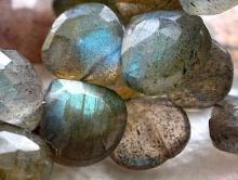 Бусина-лабрадор натуральный (спектролит). Форма-лепесток.