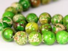 Бусины варисцита, цвет-тёплый зелёный с характерными жёлтыми прожилками