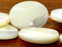 Бусины полированные из натурального перламутра,  цвет-молочно-белый, с переливом.