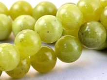 Бусины шарик, камень-нефрит  натуральный, цвет-зеленый теплый, с редкими едва заметными чёрными включениями.