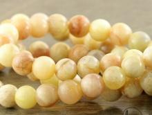 Меньше средних, бусины круглые красивой кремовой окраски, диаметр–8,5 (+-0,2) мм. вн.отв. 0,7 мм. природный натуральный камень