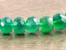 Камень–хризопраз, бусина рондель огранённая средняя, цвет-полупрозрачный зеленый, изумрудный