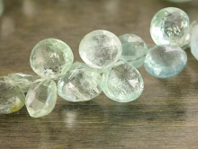 Камень - аквамарин природный, форма: объёмный лепесток огранённый, цвет-голубовато-зеленоватый тёплый, прозрачный,