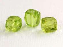 Бусина-кубик мелкий огранённый, камень-хризолит натуральный, цвет-зеленый яркий, (весенней зелени), размер в/ш- 3.7-4 (+-0,2) мм