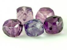Бусина ограненная, форма кубик, камень-александрит (иск. выращенный). Цвет-зелено-розово-фиолетовый (зависит от освещения)