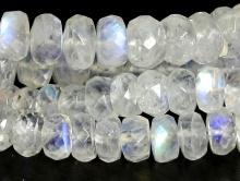 Сорт 1 Бусина-лунный камень натуральный, рондель огранённая, Цвет-прозрачный с ярко выраженным переливом на каждой бусине.
