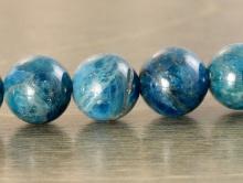Бусина круглая-гладкий шарик, камень натуральный-апатит. Цвет-сине-голубой, теплый, неоднородный со светлым,