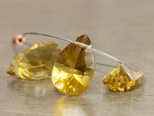 бусина-лепесток из топаза, цвет-золотисто-жёлтый, ближе к чайному, прозрачный, чистый, красив благодаря хорошей огранки
