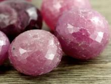 Бусина огранённая форма крупной рондели, камень-турмалин натуральный. Цвет-розово-малиновый, приглушенный, полупрозрачный, огранка ручная,