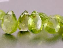 Бусина огранённая формы лепестка-хризолит натуральный, огранка ручная, цвет-зеленый теплый, яркий, размер средний 9.8х6х3,5 мм.