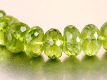 Бусина-рондель  ручной огранки, камень- натуральный хризолит, цвет-зеленый яркий, чистый (весенней зелени), размер в/ш-5х7,5 мм.