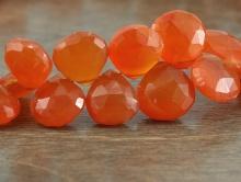 Камень-сердолик натуральный, ограненный, бусина формы-лепесток, цвет-сочный оранжевый, полупрозрачный.