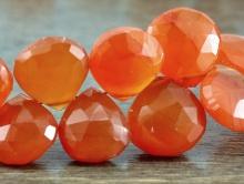 бусина из сердолика. Цвет-сочный оранжевый, полупрозрачный.