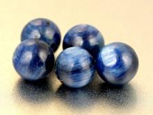 Бусины полированные круглые из Кианита натурального 8.5 мм. цвет синий