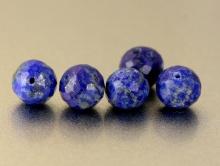 Бусина огранённая, шарик 6.5 мм., камень натуральный-лазурит, ручная огранка, цвет-сочный синий с редкими пиритовыми включениями,