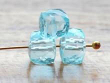 бусина (кубик), ограненный. Камень-голубой топаз натуральный.  Цвет-голубой, светлый, чистый