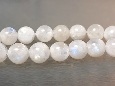 Бусина круглая, шарик гладкий-лунный камень натуральный, цвет-белый полупрозрачный, с красивым сине-голубым отливом, размер-8 мм.