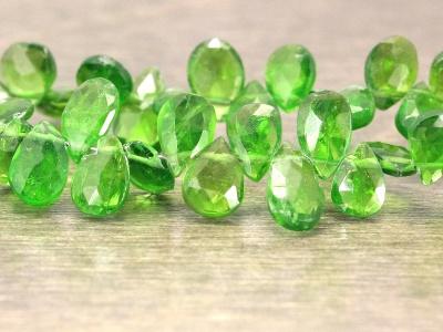 Бусины насыщенный изумрудно-зелёный, ближе к бутылочному, прозрачный