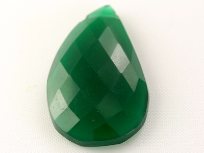 Бусина огранённая формы крупного лепеска, натуральный камень–хризопраз ограненный, цвет-изумрудно-зелёный, полупрозрачный,