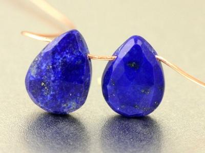 Бусина–ограненная формы удлинённого лепестка, камень-лазурит натуральный, цвет-сочный синий с редкими природными включениями пирита,