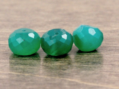 Камень–хризопраз, бусина рондель огранённая средняя, цвет-полупрозрачный зеленый, изумрудный.