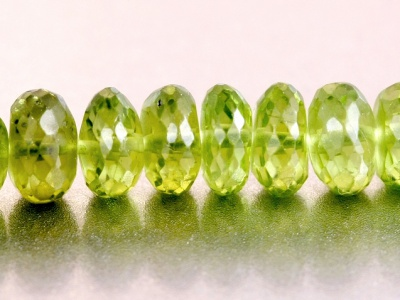 Бусина огранённая-рондель  ручной огранки, камень- натуральный хризолит, цвет-зеленый яркий, чистый (весенней зелени), размер: ш/в-7,5х3.5 мм.