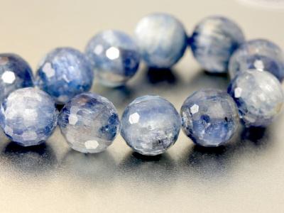 Цвет-холодный голубой (2 тона светлый и потемнее), красивая структура камня,