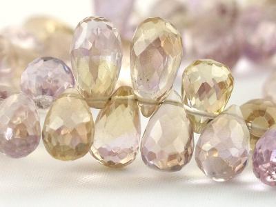 мелкая бусина формы ограненный бриолет (тонкая капля), камень-аметрин природный (натуральный) ручной огранки.