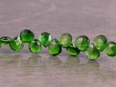 Бусина из натурального камня-природного хромдиопсида, форма маленького лепестка огранёного.