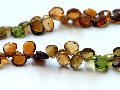 Бусина формы огранённый лепесток, камень-турмалин натуральный первосортный, цвет-микс:прозрачный зеленый, янтарно-золтистый