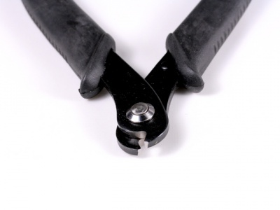 кусачки легко и аккуратно обрезают стальную проволоку не оставляя острых краев.