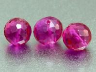 Бусина шарик огранённый, ручной огранки,искусственно выращенныйкамень-шпинель благородная,(розовая), цвет-малиново-розовый чистый
