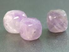 Камень натуральный-аметист, бусина  ограненная формы кубик