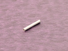 Бусина тонкая трубочка серебряная. Материал-серебро 92.5%. Размер д/ш-8х1 мм. вн. отв. 0.55 мм.