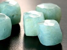 Камень-аквамарин натуральный, форма бусин-кубик огранённый.Цвет-голубой теплый с зеленоватым оттенком, неоднородный с редкими