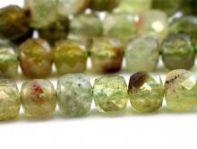 Зеленый гранат-гроссуляр, кубик