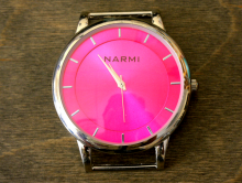 Кварцевые часы HARMI, цвет корпуса серебристый, цыферблат цвета фуксии с серебристой отделкой, длина 52 мм. ширина 44 мм.