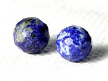 Бусина огранённая, шарик 7.8 мм., камень натуральный-лазурит, ручная огранка, цвет-сочный синий с редкими пиритовыми включениями,