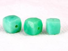 Бусина огранённая, камень-хризопраз натуральный ручной огранки. Цвет-бирюзово-зеленый, сочный.