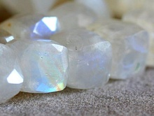 Бусина-Лунный камень форма кубик,
