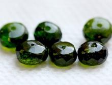 """рондель ручной огранки Бусина-рондель ручной огранки. Камень-хромдиопсид натуральный, известен как """"сибирский изумруд""""."""