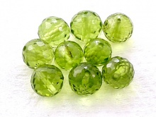 Бусина-хризолит натуральный природный, ф. ограненный шарик 4.5 +-0,2 мм. вн. отв. 0,45 мм., ручной огранки.