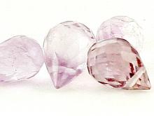 Товар-бусина капля (бриолет) Камень-аметист природный. Цвет-прозрачный, светло-сиреневый, с легким розоватым оттенком.
