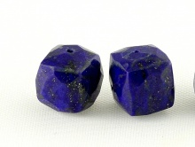 Бусина огранёная форма бусины кубик, камень натуральный-лазурит,цвет-синий,с пиритовыми редкими включениями.Размер -7.5х8 мм.