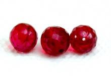 Бусина шарик огранённый, ручной огранки, камень-шпинель благородная, (иск. выращенная) Цвет-красно-малиновый.