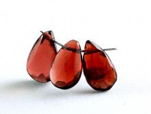 Бусина огранённая, форма удлинённого огранённого лепестка, камень натуральный-гранат (альмандин) ручной огранки.