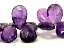 бусина в форме огранённого лепестка.Камень-аметист натуральный, природный. Цвет-сиренево-фиолетовый неоднородный,
