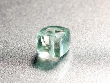 Бусина огранённая формы кубик,ручная огранка,кам-празеолит(аметист зеленый), цвет-нежно-зеленый, позрачный, чистый,